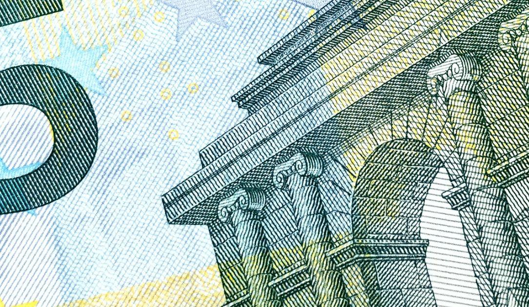 Kurs euro coraz bliżej 4,45 zł. Frank po 4,13 PLN. Funt przy 4,99 złotego. Spodziewany spadek płynności na polskiej walucie
