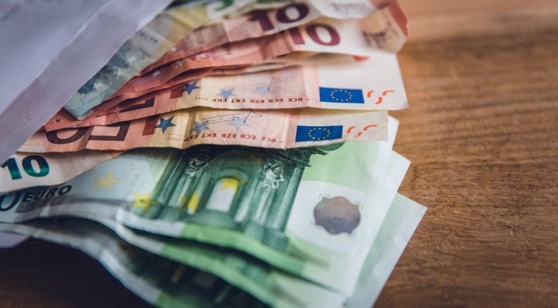 Kurs euro do dolara (EUR/USD) stoi na 1,0835. Waluta australijska do amerykańskiej krąży blisko 0,6720. Dzień na rynku