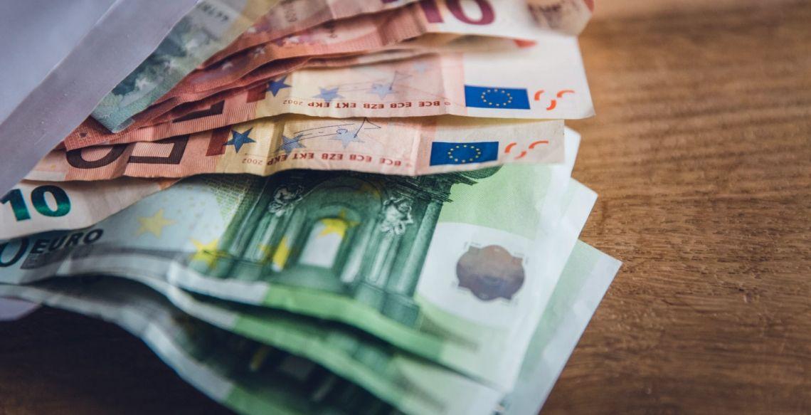 Kurs euro do dolara kontynuuje spadki. Ostatnie wytyczne Fedu pozostaną ważne w dłuższym okresie, rynki czekają na Bank Anglii