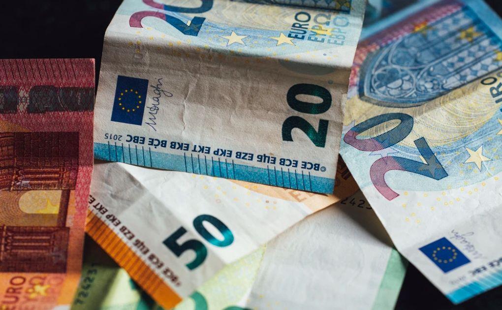 Kurs euro (EUR) do dolara (USD) w trendzie wzrostowym. Niższe otwarcie w Europie, kolejne napięcia na linii USA-Chiny, spadek gigantów technologicznych