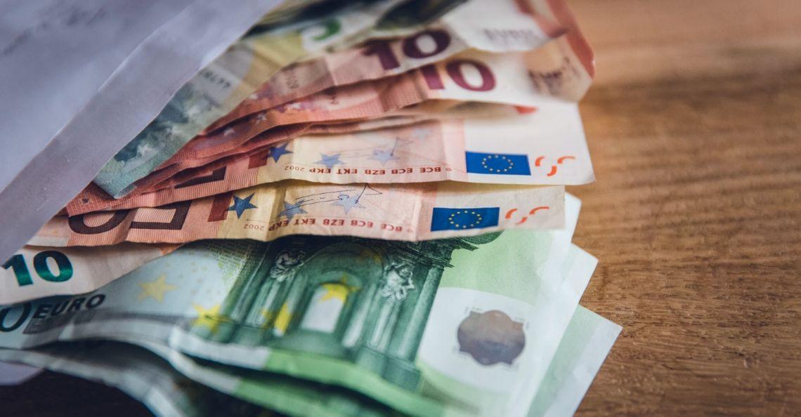 Kurs euro (EUR) względem dolara (USD) w konsolidacji. EUR/PLN w okolicach 4,42 zł. Dzień na rynkach finansowych