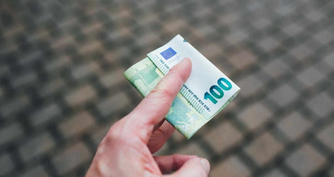 Kurs euro EUR/PLN w pobliżu 4,40 złotego. Sytuacja dolara może polepszyć się pod koniec tygodnia