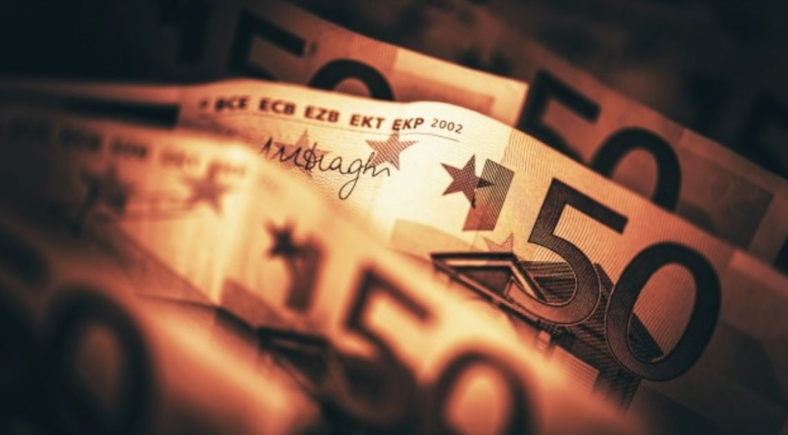 Kurs euro już blisko 4,57 złotego. Dolar po 4,23 PLN. Słabość polskiej waluty. Komentarz walutowy –  Fed odrzuca ujemne stopy procentowe