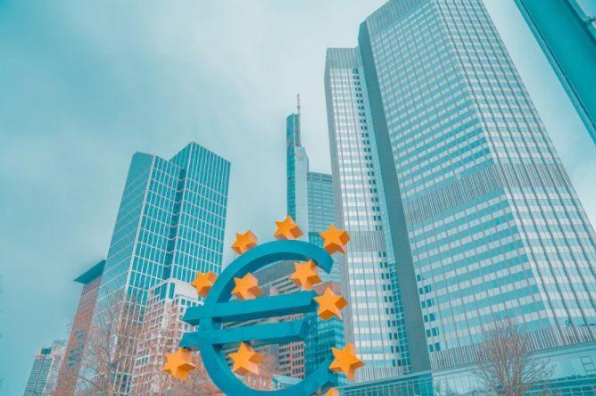 Kurs euro osłabia się względem dolara USD. Europejski Bank Centralny tnie stopę depozytową i wznawia program QE