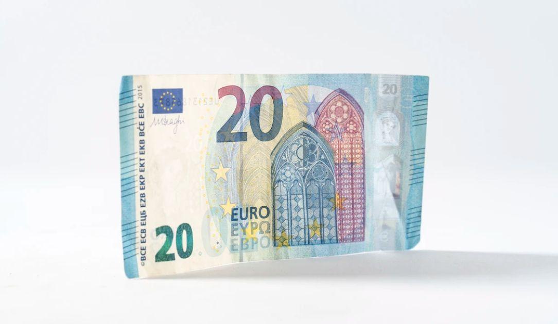 Kurs euro przy 4,54 złotego. Dolar blisko 4,22 PLN. Funt powyżej 5,20 zł. Mieszane nastroje na rynkach finansowych