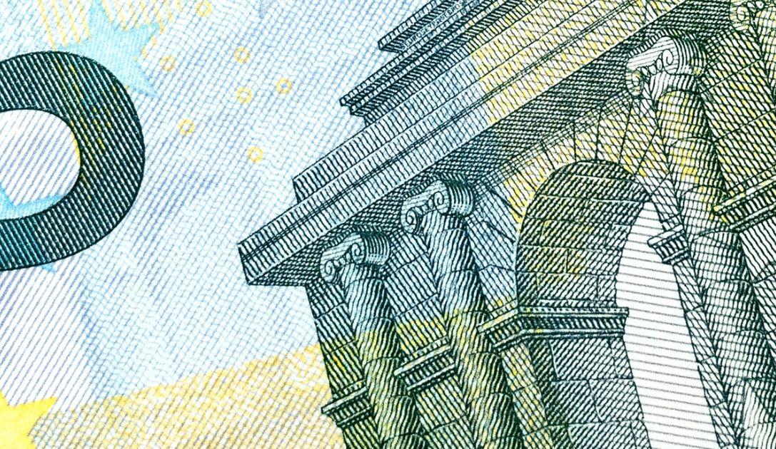 Kurs euro w pobliżu 4,45 złotego. Dolar w okolicach 3,97 zł. Komentarz walutowy – decyzja NBP to za mało
