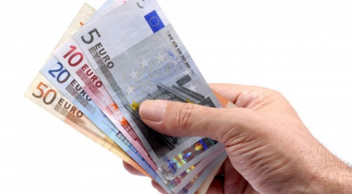 Kurs euro w pobliżu 4,54 złotego. Dolar USD przy 4,10 PLN. Funt po 5,06 zł. Cena ropy naftowej spada
