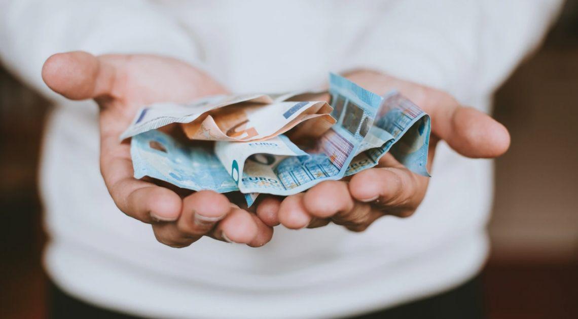 Kurs euro zbliża się do 4,44 złotego. Dolar USD po 3,96 PLN. Komentarz walutowy – rynki żyją nadziejami