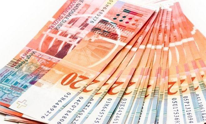 Kurs franka najniżej od połowy maja. Aktualne kursy walut dolara, euro, funta i franka w środowy poranek