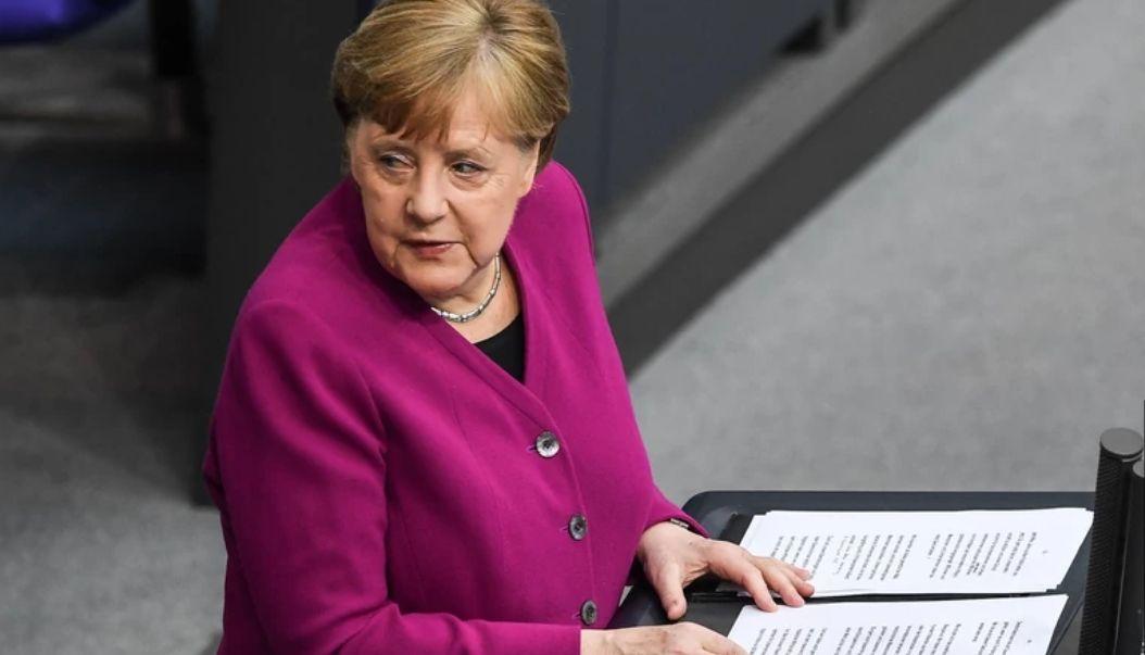 Kurs franka powyżej 4,30 złotego. Euro po 4,53 PLN. Merkel ostrzega świat przed kryzysem. Komentarz walutowy