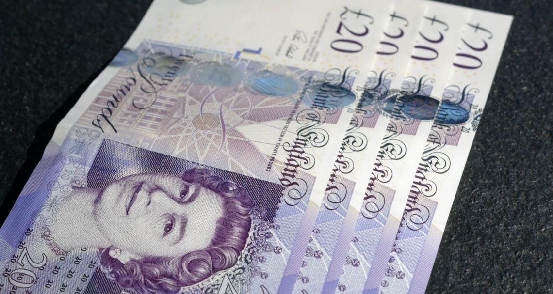 Kurs funta na poziomie 4,90 złotego. Euro nad 4,40 PLN. Dolar powyżej 3,72 zł. Komentarz walutowy – Niemcy ratują miejsca pracy