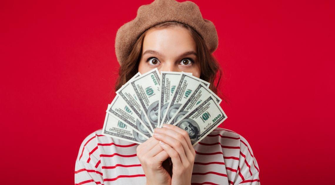 Kurs funta po 4,93 zł, a euro po 4,28 zł. To było rok temu! Która z walut dolar, frank, euro czy funt okazała się najlepszą inwestycją?