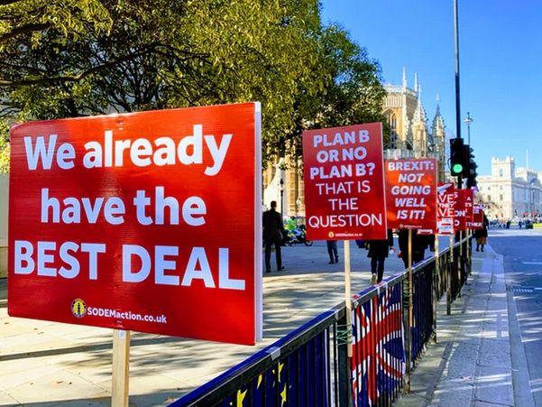Kurs funta spada w piątek minimalnie do 4,967 złotego! Wciąż nie wiadomo, co dalej z Brexitem