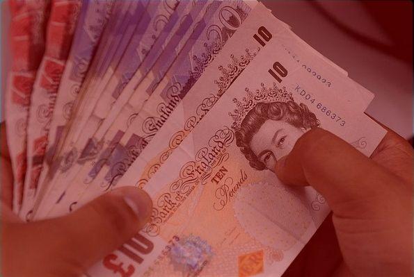 Kurs funta spada znów o kilka groszy, najgorsze jeszcze przed nami! A jak wyglądają kursy walut dolara, euro i franka o poranku?
