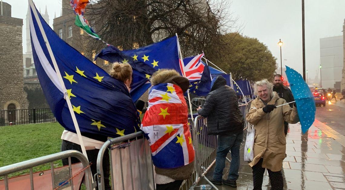 Kurs funta spadnie o 25%? Podsłuchana rozmowa w barze gwoździem do Brexitowej trumny?