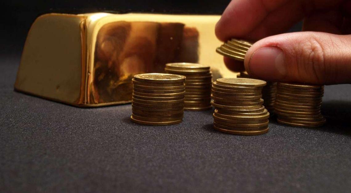 Kurs złota w okolicach 1840 dolarów (USD) za uncję. Czy cena złotego kruszcu zejdzie jeszcze niżej?