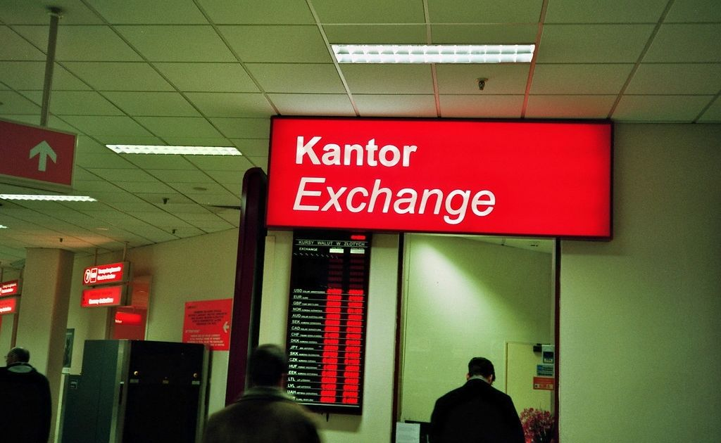 Kursy euro (EUR), dolara (USD), franka (CHF), funta (GBP) i korony czeskiej (CZK). Ile złotych zapłacimy za te waluty w środę po południu?