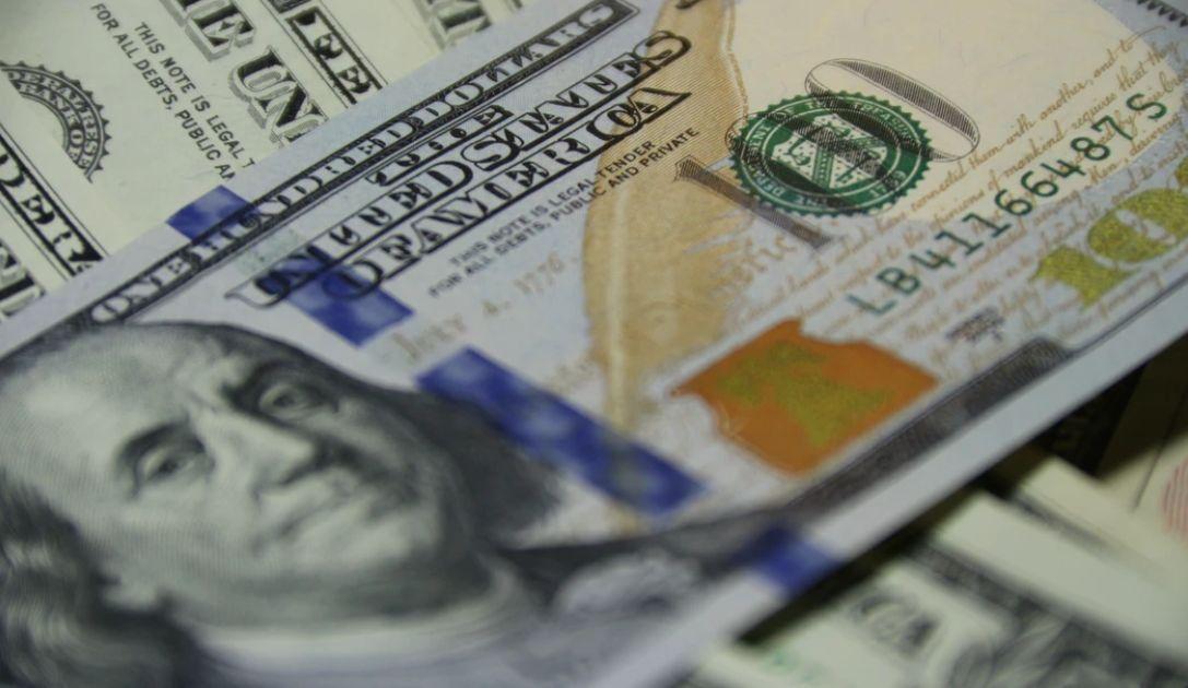 Mocniejszy kurs dolara podbija lekką presję na polskim złotym. Euro EUR/PLN na poziomie 4,56 zł. Trwa wyczekiwanie na PKB