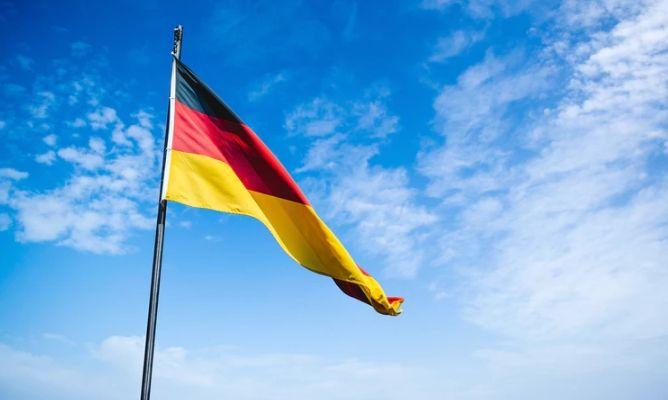 """Niemcy osłabiają kurs euro (EUR) względem dolara (USD). Trump oskarża UE i Chiny - """"wojna walutowa"""""""
