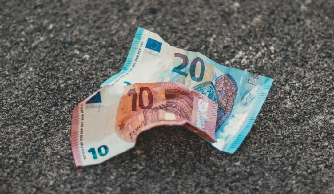 Niezrozumiały spadek kursu euro EUR/PLN. Zamęt zaszkodzi złotemu? Umocnienie dolara oraz jena na rynku walutowym Forex