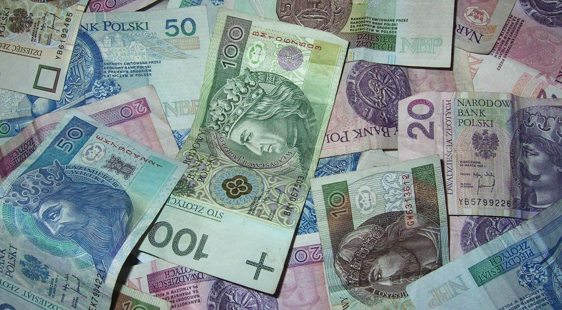 Nowy tydzień z osłabiającą się złotówką. Sprawdzamy kursy dolara, euro, franka i funta