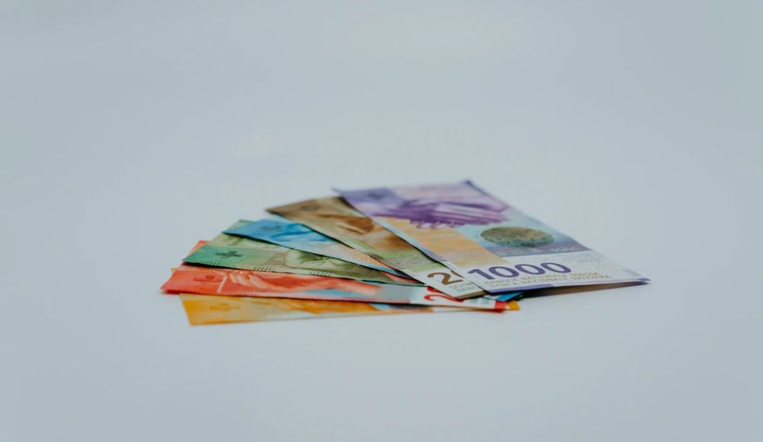 Osłabienie kursu franka, umocnienie euro. Dobre nastroje ciążą dolarowi (USD) oraz jenowi (JPY)