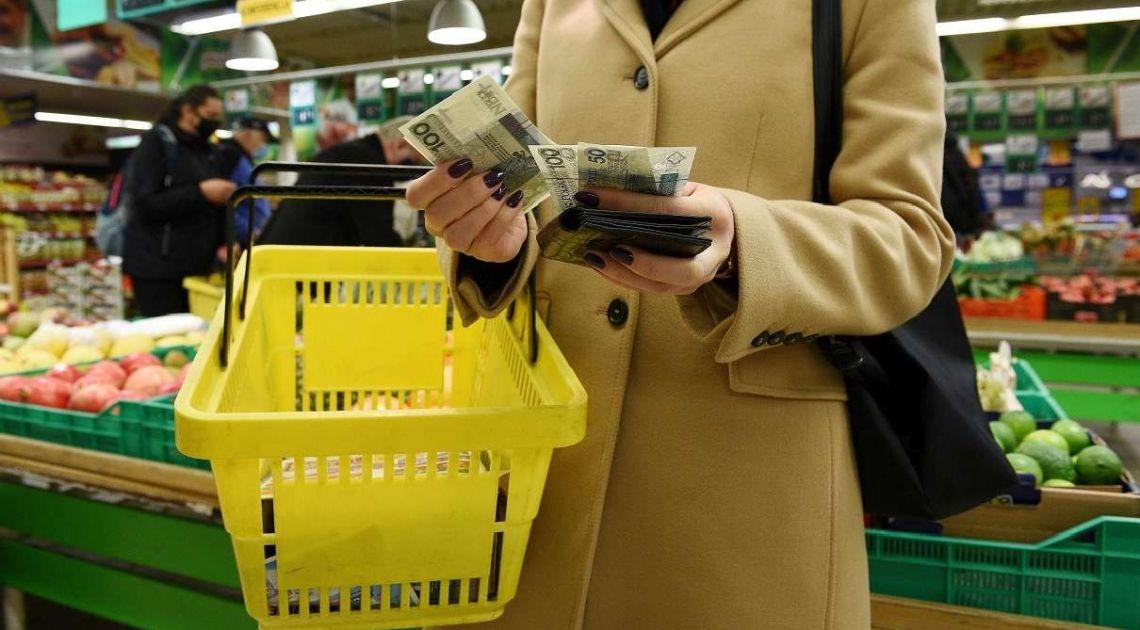 Polacy zaczynają mocno oszczędzać na zakupach, głównie na słodyczach, odzieży i alkoholu