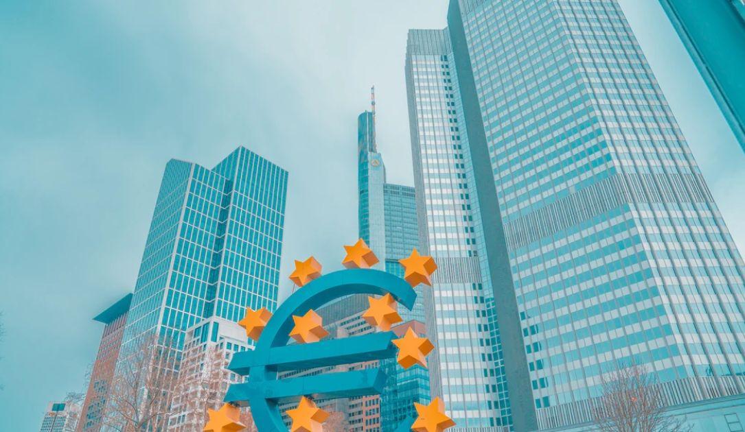 Polityczne problemy euro. Kursy dolara kanadyjskiego i korony norweskiej w górę. Waluty naftowe odreagowują