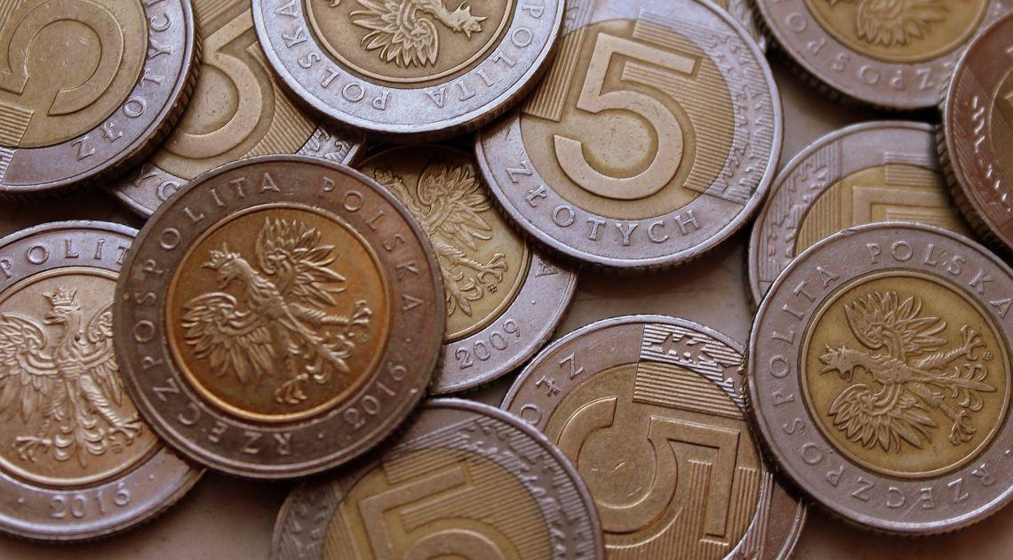 Polski złoty dzisiaj słabnie. Kurs dolara, euro, franka i funta zyskują na wartości