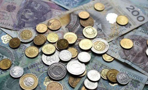 Polski złoty traci. Dolar USD za 3,85 zł. Bankom centralnym puszczają nerwy