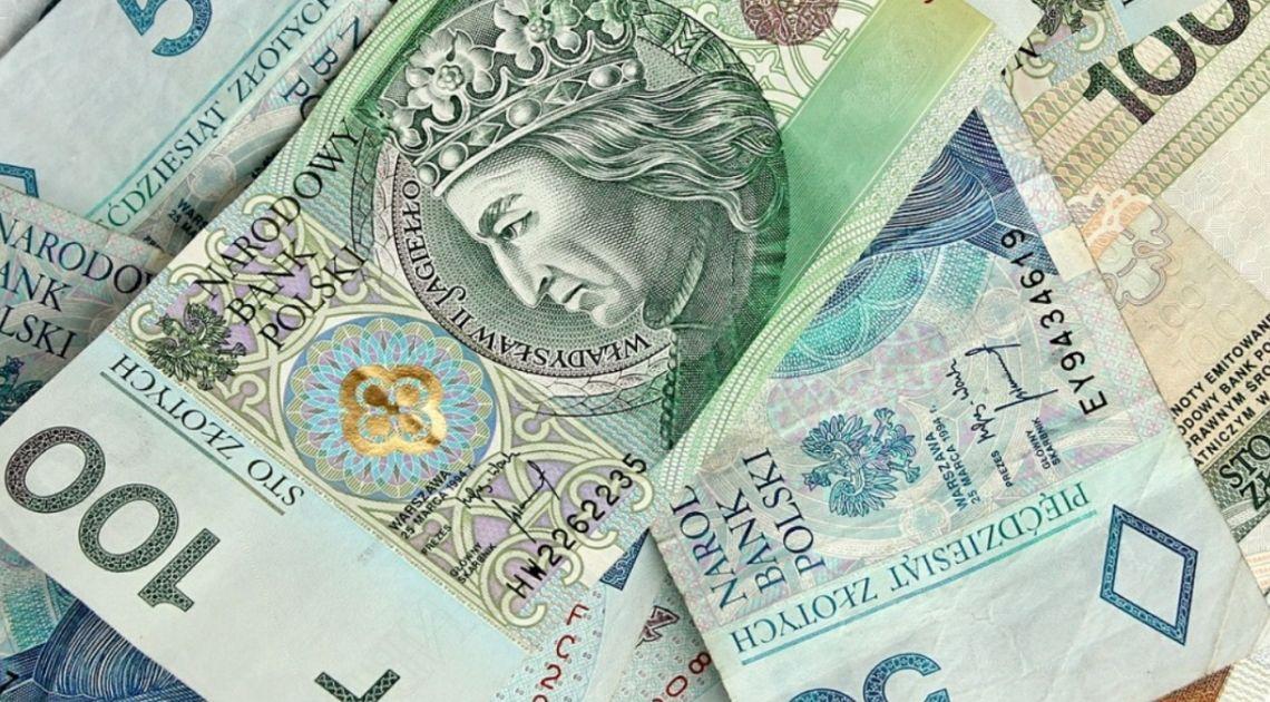 Polski złoty traci na wartości. Stopy procentowe nie wzrosną? Poprawa nastrojów w Wielkiej Brytanii