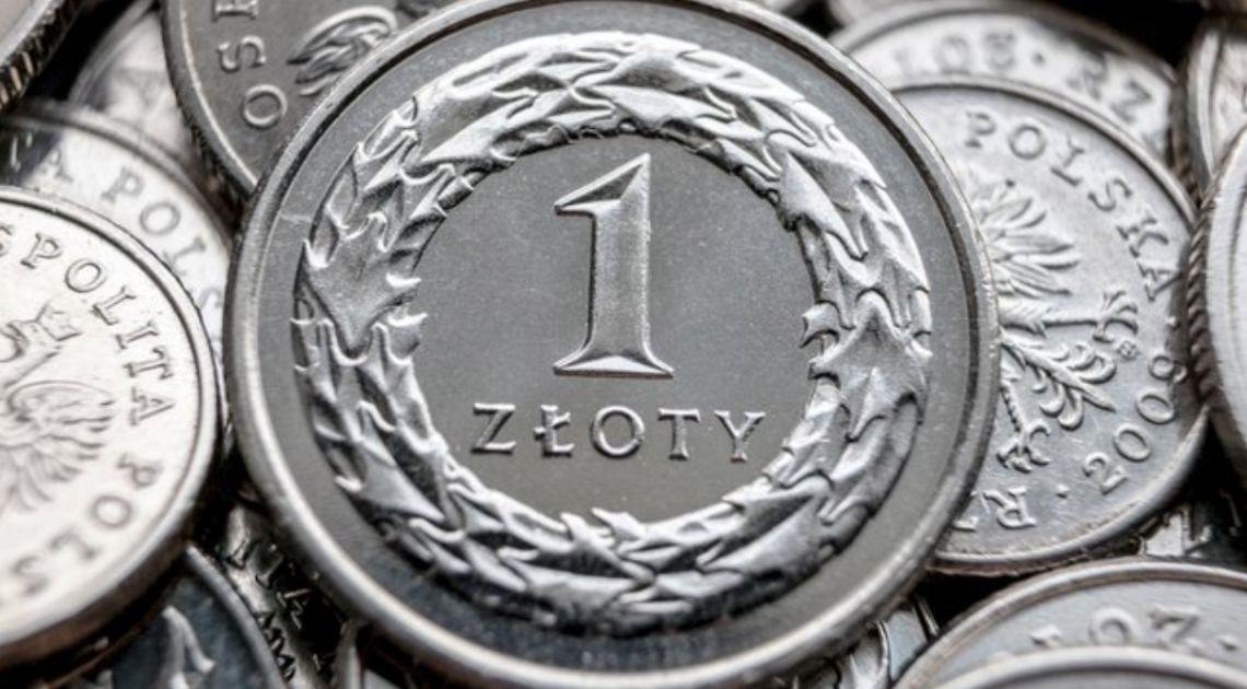 Polski złoty zniżkuje względem głównych walut. Funt odporny na słabe dane. Rynki czekają na kolejne informacje