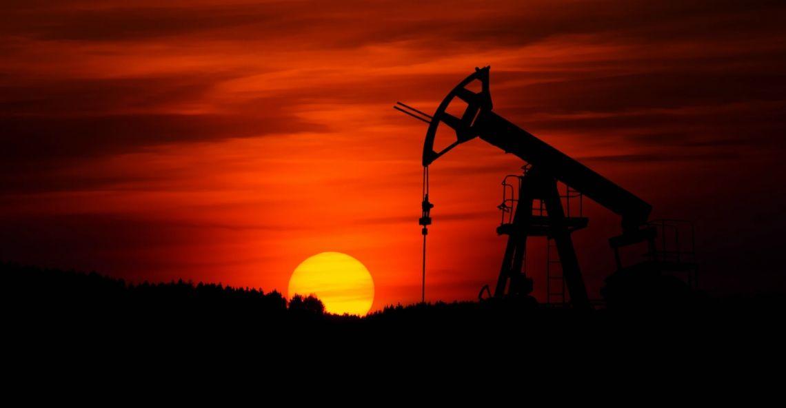 Ropa naftowa na drodze do piątego z kolei wzrostowego miesiąca. Ceny ropy Brent oraz WTI