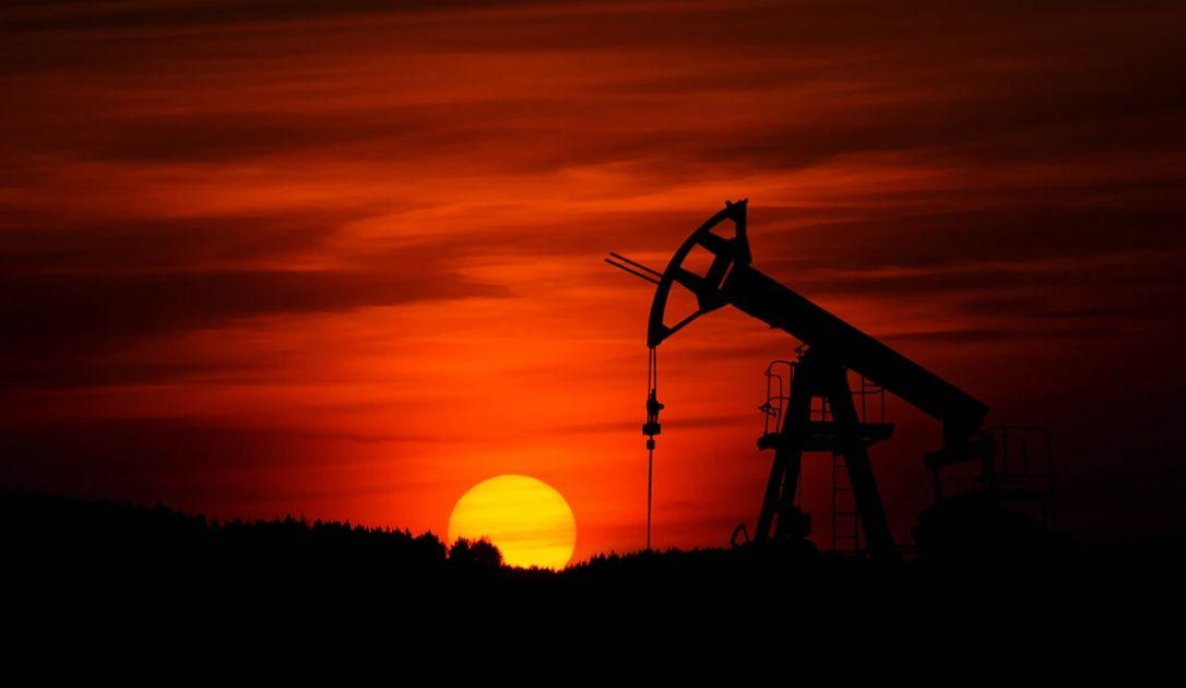 Ropa naftowa najtańsza od 21 lat, ale contango ma znaczenie