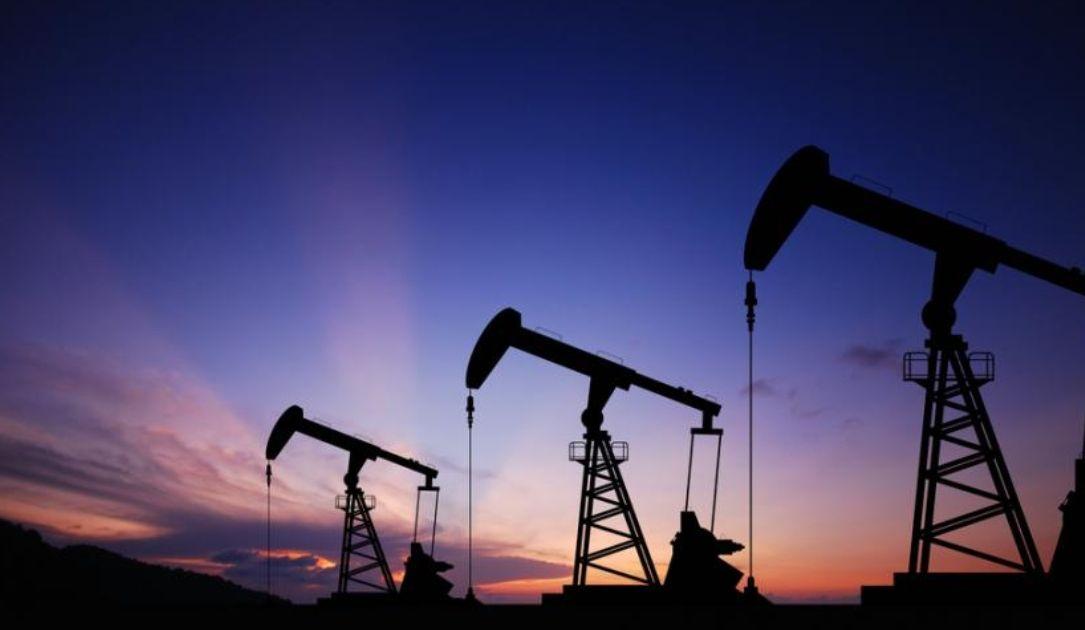 Ropa naftowa najtańsza od dziesięcioleci, a zapasy dalej w górę