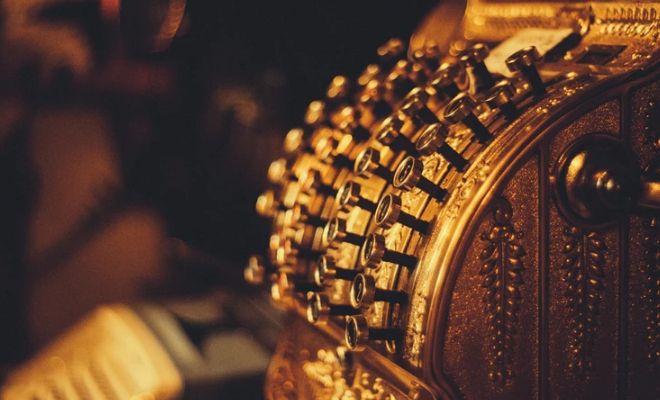 Silny kurs dolara USD szkodzi cenie złota. Funt do amerykańskiej waluty (GBP/USD) powrócił w okolice 1,23. Zaskakujące dane z gospodarki USA