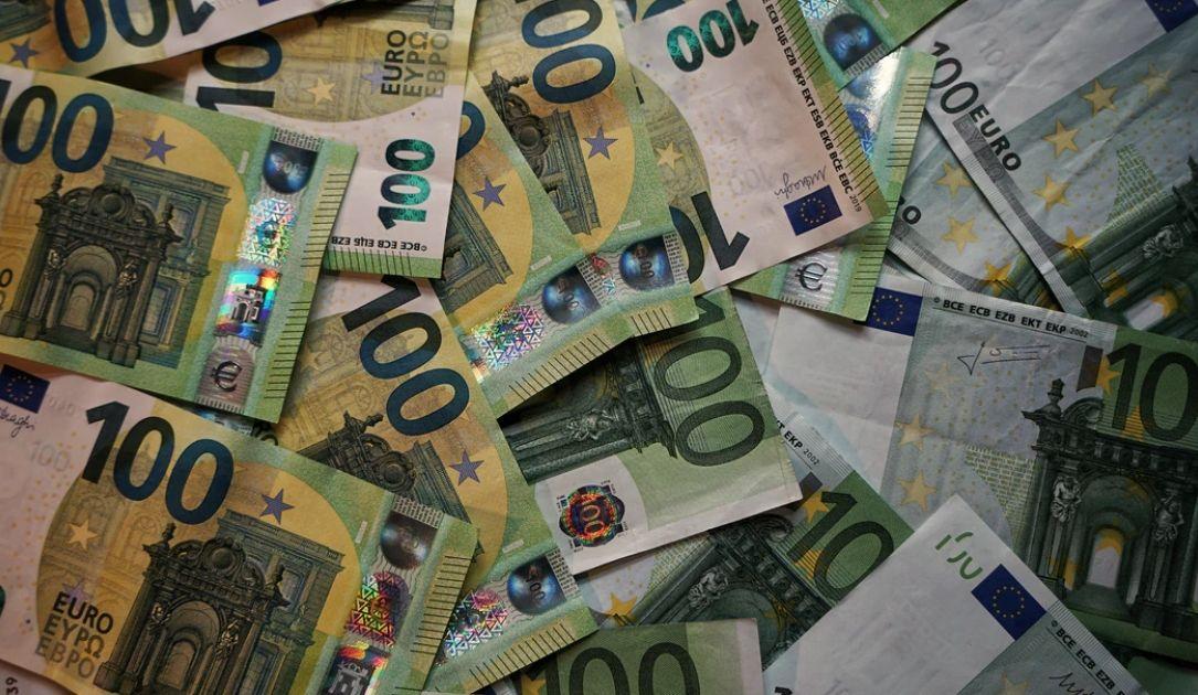 Spadek kursu euro (EUR) w stosunku do dolara (USD). Sytuacja na rynkach finansowych