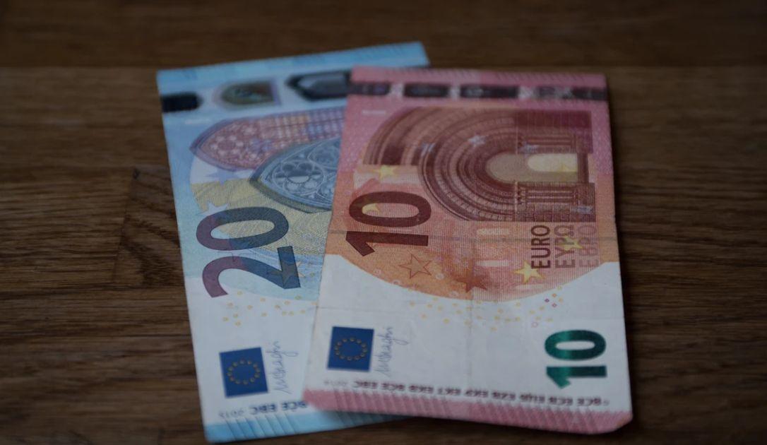 Sytuacja na kursie euro EUR/PLN. Spadki dolara australijskiego względem amerykańskiego (AUD/USD). Cena ropy w konsolidacji