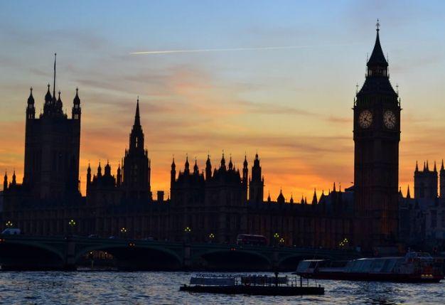Wielka Brytania bez parlamentu, przecena kryptowalut i gwałtowny spadek zapasów paliw