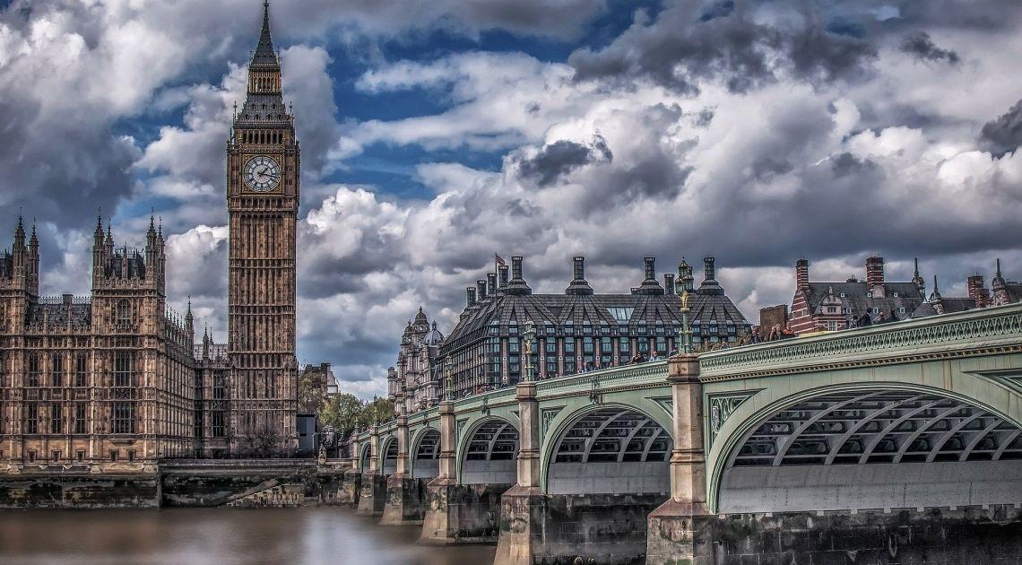 Wielka Brytania. Jak wypadł wskaźnik PMI dla przemysłu? Sprawdzamy kurs dolara (USD/GBP) i euro do funta (EUR/GBP)