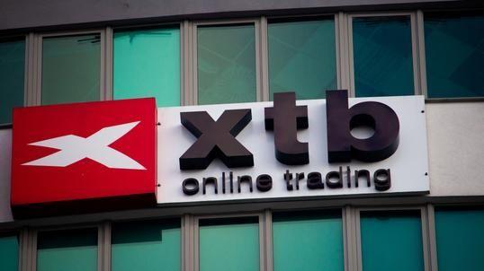 XTB odpowiada za milionowe straty klientów? Broker odpowiada na zarzuty