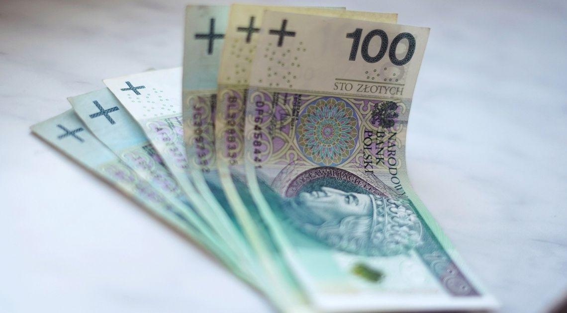 Złotówka ponownie się umacnia. Sprawdzamy kurs dolara, euro, franka i funta w dniu danych o sprzedaży detalicznej w Polsce