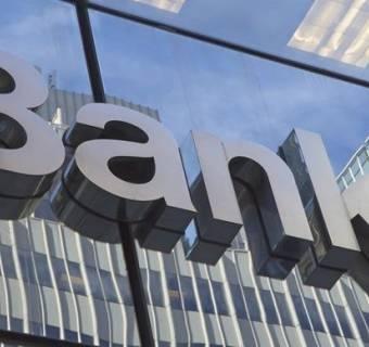 Banki mają spory problem - od początku roku zarobiły prawie o połowę mniej niż rok temu