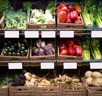 """Ceny maksymalne na produkty rolne. Kuriozalny pomysł z poprzedniej epoki na walkę z inflacją. Jakie mogą być skutki """"zatrzymania drożyzny""""?"""