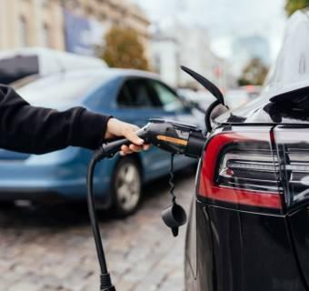 Enea dostarczy ładowarki do samochodów elektrycznych dla Poczty Polskiej