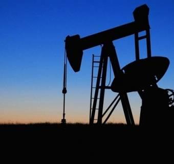 Rynek surowców traci trzeci miesiąc z rzędu. Analiza kursu ropy